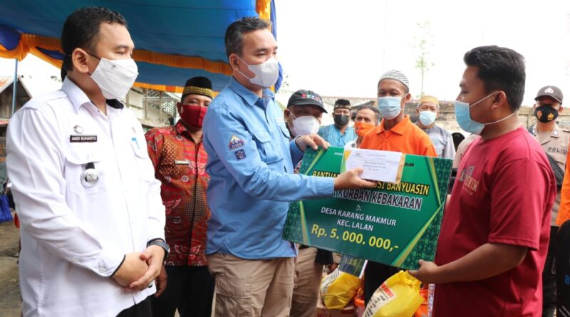 Foto: IST - Wakil Bupati Muba Beni Hernedi menyerahkan bantuan kepada korban kebakaran di Lalan