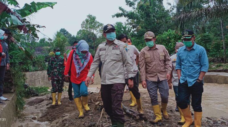 Foto: IST - Cik Ujang meninjau lokasi bencana