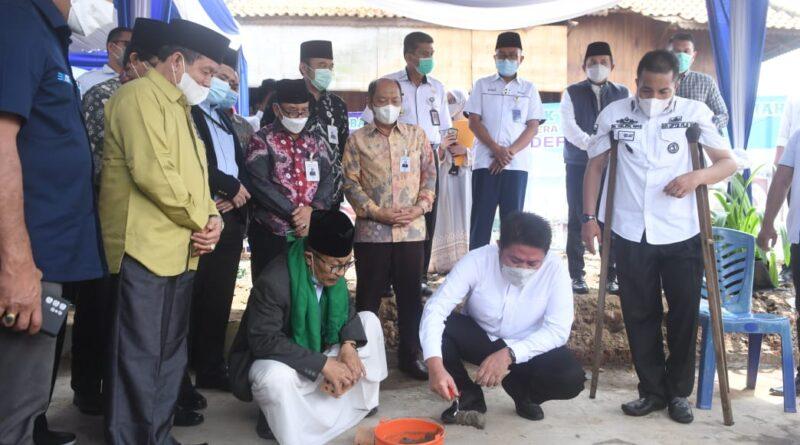 Foto: Gubernur Herman Deru melakukan peletakan batu pertama Masjid Jamik Tjik Luwi, Rabu (5/5)
