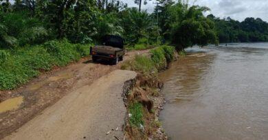 teks:IST- Tampak kondisi jalan penghubung Desa Baturaja Baru - Desa Sugiwaras Kecamatan Tebing Tinggi, yang amblas akibat tergerus sungai Musi, Kamis (6/5).