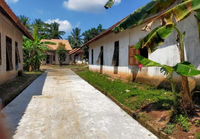 teks:IST- Warga dan Aparat Desa Dibingungkan Adanya Pembangunan Jalan Dari Dana Pokir Dewan di Atas Tanah Pribadi Warga