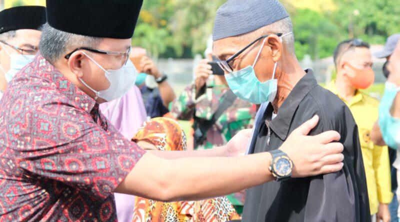 teks:IST- Jelang Idul Fitri, Bupati DRA Bagikan THR kepada Tukang Becak, Ojek, Parkir dan Dhuafa