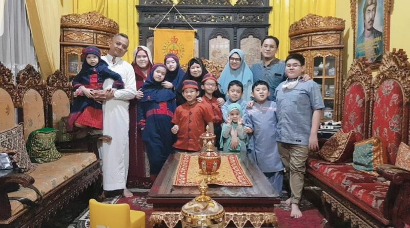 foto: Sultan Palembang, Sultan Mahmud Badaruddin (SMB) IV Jaya Wikrama R.M.Fauwaz Diradja,S.H.M.Kn saat bersilaturahmi bersama keluarga di Istana Adat Kesultanan Palembang Darussalam, Kamis (13/5).
