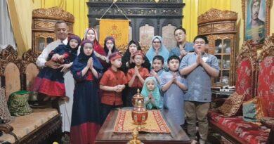 Teks:IST- Sultan Palembang, Sultan Mahmud Badaruddin (SMB) IV Jaya Wikrama R.M.Fauwaz Diradja,S.H.M.Kn saat bersilaturahmi bersama keluarga di Istana Adat Kesultanan Palembang Darussalam, Kamis (13/5).