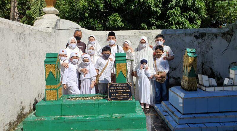 teks:IST- Sultan Palembang, Sultan Mahmud Badaruddin (SMB) IV Jaya Wikrama R.M.Fauwaz Diradja,S.H.M.Kn bersama keluarga melakukan ziarah ke makam leluhur di kawah tekurep, kawasan Boom Baru, Palembang, Jumat (14/5) di hari kedua Lebaran 1442 H.
