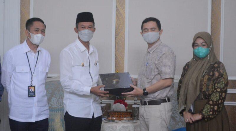Foto: Walikota Palembang didampingi Sekda Kota Palembang menerima plakat dari Bank Syariah Mandiri