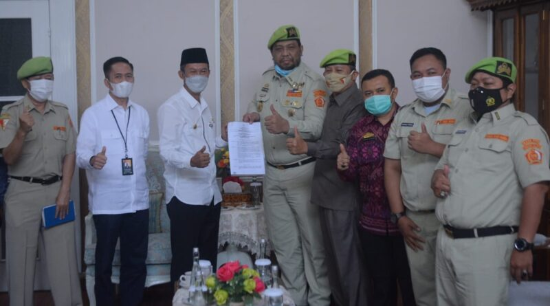 Foto: IST - Gerry Iskandar bersama Walikota Palembang usai menyerahkan usulan nama pejuang sebagai nama jalan