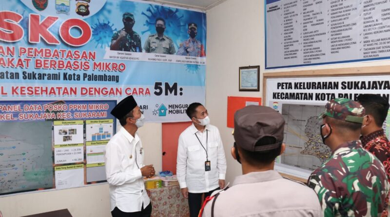 Foto: IST - Walikota Palembang didampingi Sekda Kota Palembang saat meninjau pelaksanaan PPKM di Kec Sukajaya Palembang