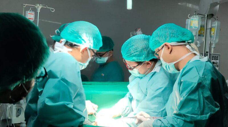 Foto: IST - Tim Medis RSUD Sekayu tengah melaksanakan operasi jantung Rendi