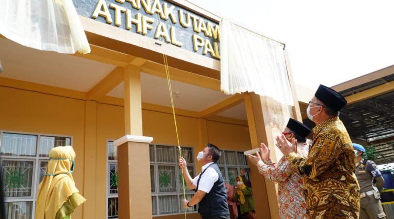 teks:IST- Herman Deru Bantu Satu Unit Kendaraan Operasional pada Milad Aisyiyah ke-104