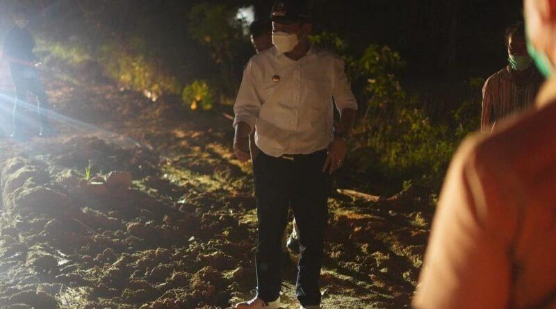 Foto: IST - Bupati OKUT sedang mengecek langsung jalan yang rusak
