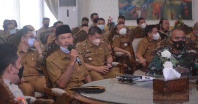 teks:IST- Usai rapat koordinasi melalui aplikasi virtual zoom dengan Kementerian Dalam Negeri membahas mengenai penegakan disiplin protokol kesehatan covid-19, di hari yang sama Walikota Palembang, Harnojoyo langsung melakukan rapat dengan Forum Komunikasi Pimpinan Daerah Kota Palembang menindaklanjuti bahasan rapat dengan Kemendagri di rumah Dinas Wali Kota Palembang, Senin (3/5).