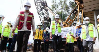 Foto: IST - Walikota Palembang H Harnojoyo didampingi Sekda Kota Palembang saat simbolis memulai pembangunan Tahap 2 Proyek Restorasi Sekanak Lambidaro