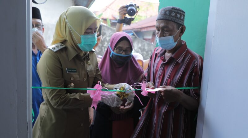 Foto: IST - Wakil Walikota Palembang Fitrianti Agustinda mengunting pita rumah yang masuk dalam program bedah rumah