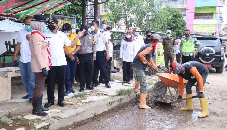 Foto: IST - Wakil Walikota Palembang Fitrianti Agustinda saat meninjau saluran air yang tersumbat