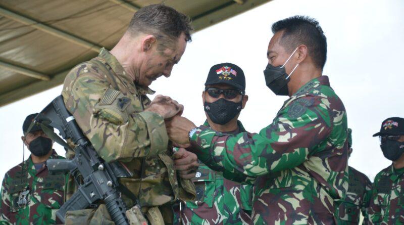 teks:IIST- Kasad dan Komandan USARPAC Sematkan Wing Terjun Garuda Airborne