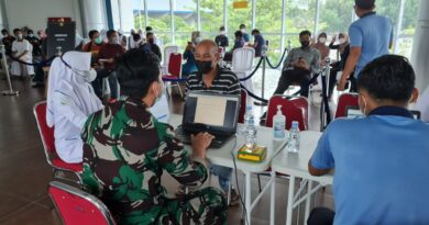 teks:IST- Warga Datangi Bandara SMB II Palembang Untuk Divakain Dosis II.