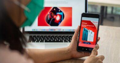 teks:IST- Telkomsel dan iPhone berkolaborasi menghadirkan Paket Bundling iPhone Plan-Pascabayar dengan keuntungan kuota data hingga 165 GB/bulan dan Paket Bundling iPhone Plan-Prepaid dengan kuota data hingga 34 GB. Paket ini tersedia mulai 3 September 2021 pada beberapa cabang GraPARI dan seluruh gerai Erafone di Indonesia. Informasi lebih lanjut dapat diakses melalui telkomsel.com/iPhone.