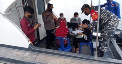 teks:IST- Masyarakat Perairan Gasing Antusias Mengikuti Pelayanan Publik dan Pembagian Sembako Serta Pelaksanaan Vaksinasi Yang Diadakan Satpolairud Polres Banyuasin