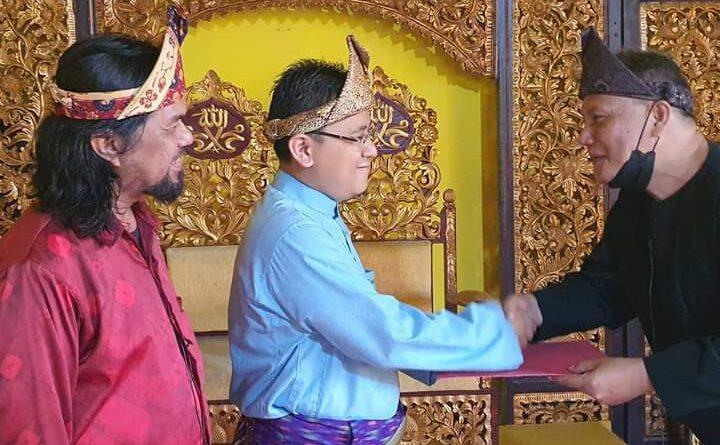 teks:IST- Sultan Palembang Darussalam Sultan Mahmud Badaruddin (SMB ) IVJayo Wikrama R.M.Fauwaz Diradja,S.H.,M.Kn saatmenerima lagu Bendel Hakiki yang diciptakan oleh dari Bapak Turisman, Seniman Palembang, Selasa (19/10).Lagu Bendel Hakiki ini dipersembahkan untuk Kesultanan Palembang Darussalam serta mengenang Kebangkitan Kembali Kesultanan Palembang Darussalam pada tahun 2003.
